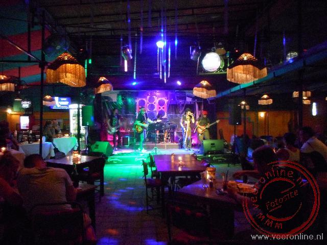 Indonesië: Sumatra, Java en Bali - Live muziek in de Casablanca bar in Sanur