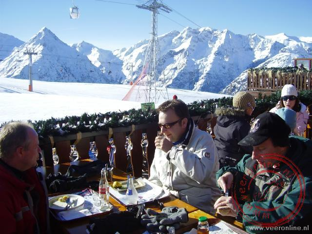 Wintersport Les 2 Alpes - Bart en Wietse tijdens de lunch